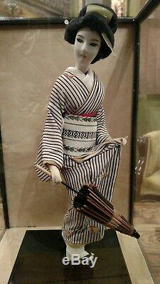 VINTAGE JAPANESE GEISHA DOLL WithUMBRELLA IN GLASS ENCLOSED DISPLAY BOX